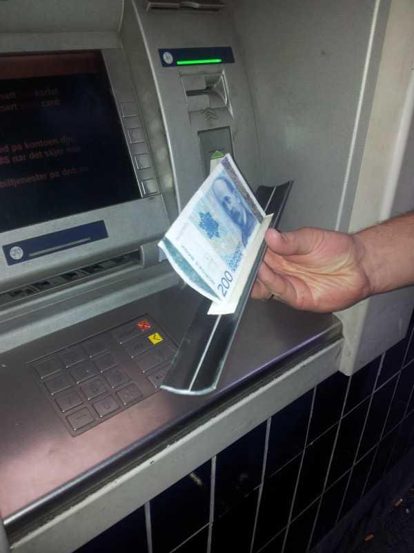 Pengarna fastnar på en pålimmad list.