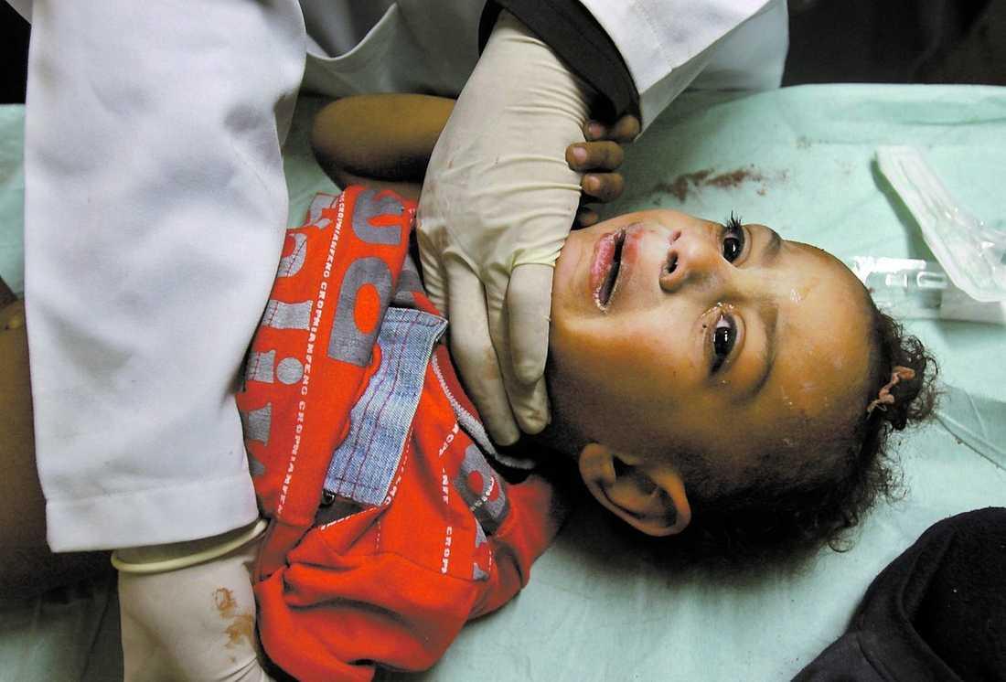 """hundratals får vård Hundratals skadade, många av dem barn, har förts till de illa utrustade sjukhusen i Gaza – som också hotas av bomberna. """"Men barnen måste stanna här och vi läkare har förbundit oss att arbeta vidare vad som än händer"""", säger läkaren Redwan Hassona."""