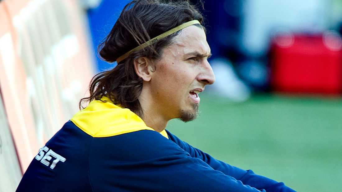 Hårband För att hålla det långa svallet borta från ansiktet  har Zlatan ofta använt  hårband de senaste åren.