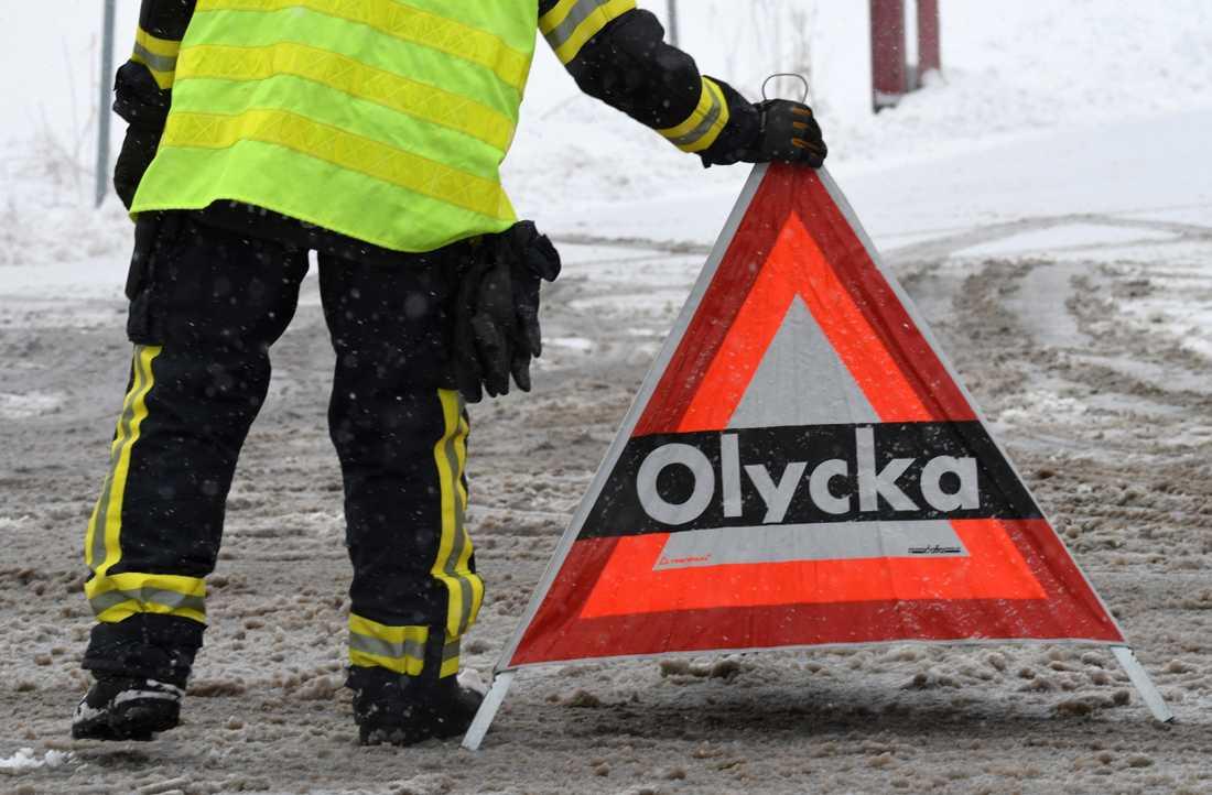 En man i 25-årsåldern har fört till Sahlgrenska sjukhuset med ambulanshelikopter efter en allvarlig trafikolycka norr om Borås. Arkivbild.
