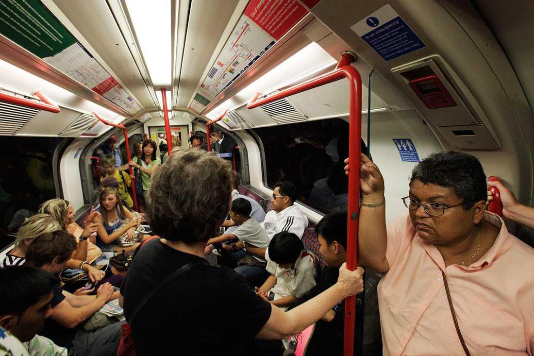 I tunnelbanan var som helst i världen finns det gott om stänger och handtag som myllrar av bakterier.
