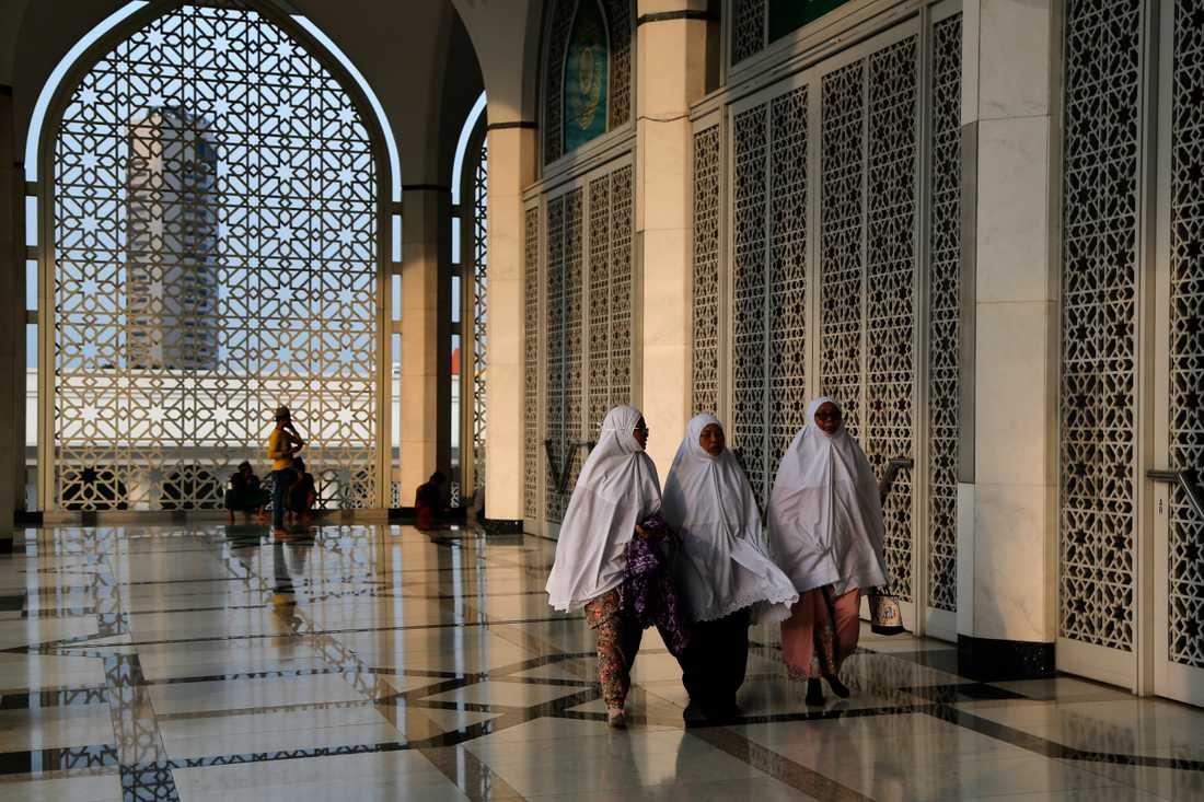 Kvinnor i en moské i Shah Alam, Malaysia. Arkivbild.