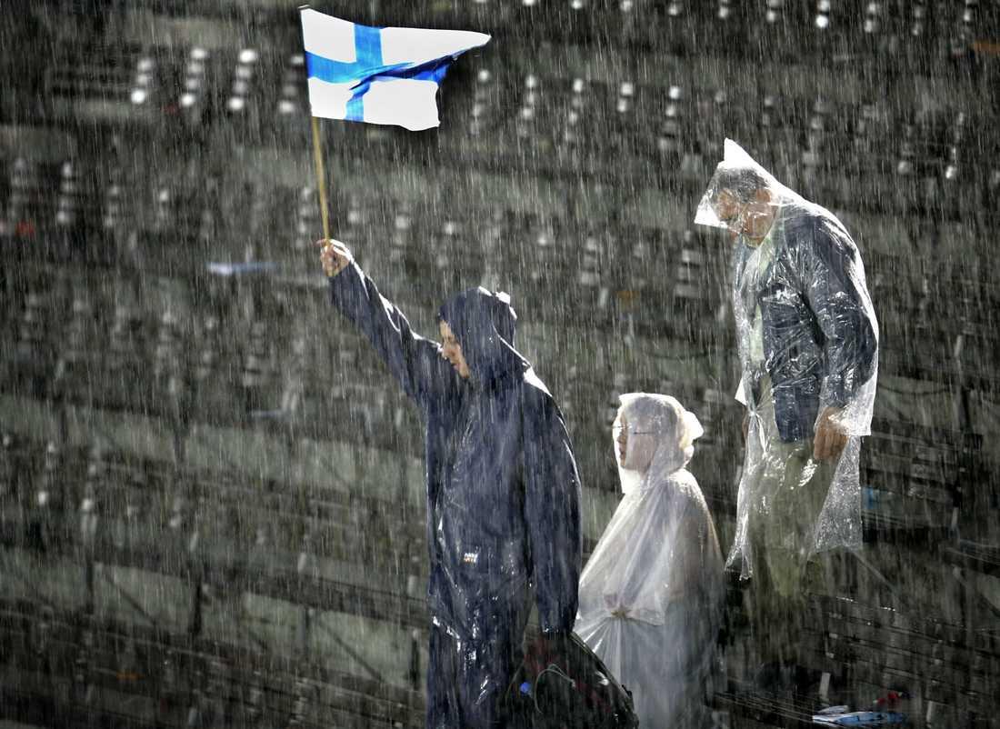 Ett skyfall över Olympiastadion stoppade tävlingarna vid 18-tiden vid friidrotts VM i Helsingfors den 9:e augusti 2005.