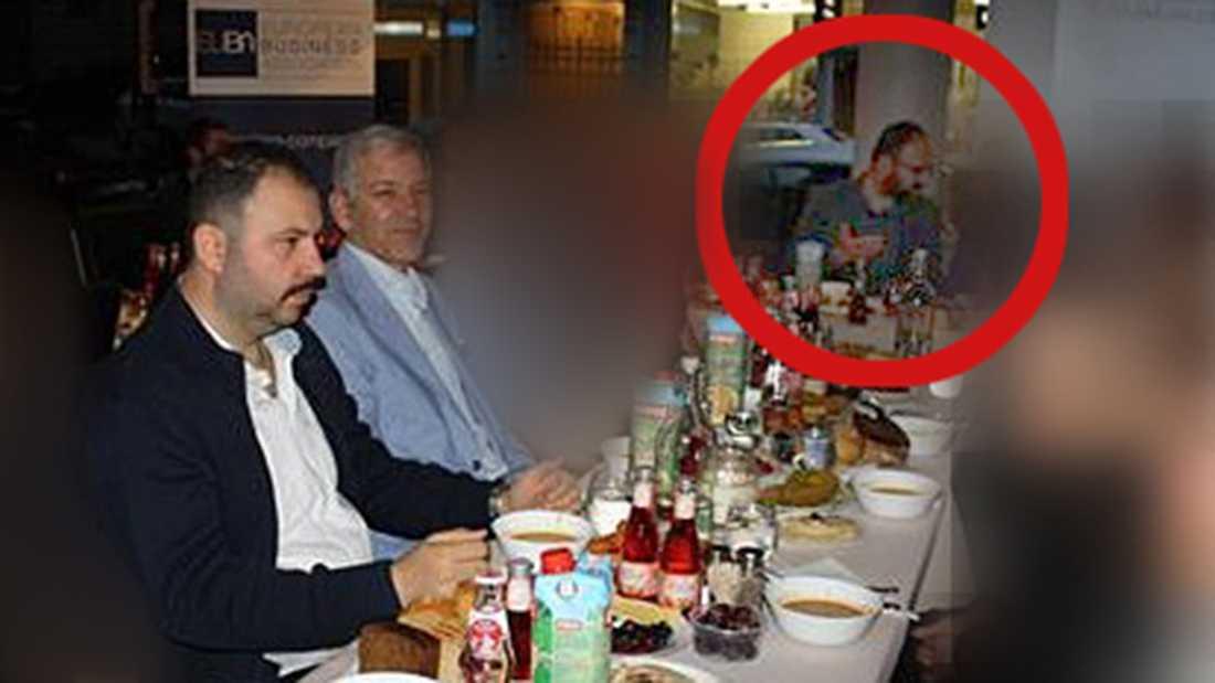 Bostadsminister Mehmet Kaplan (MP) på middag tillsammans med Ilhan Senturk, ledare för den turkiska högerextrema organisationen Grå vargarna, och Barbaros Leylanis.