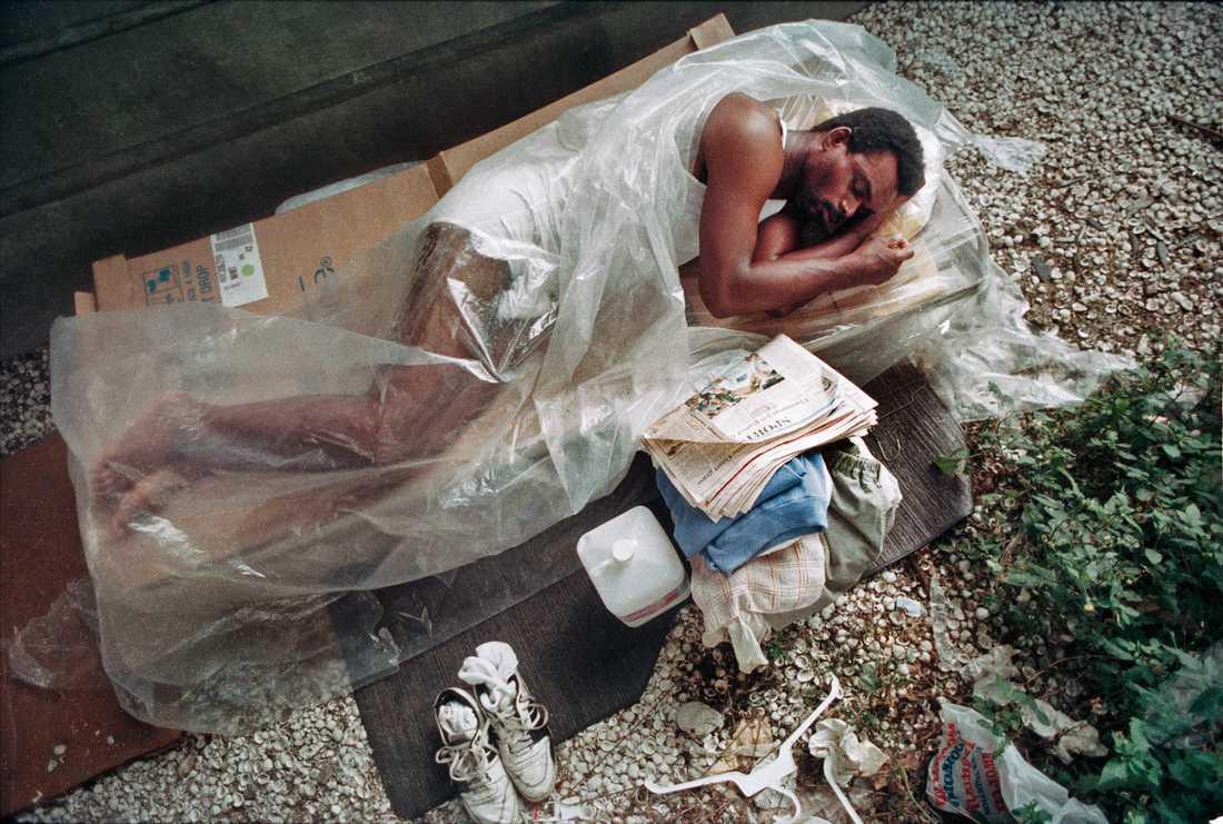 Förre NFL-spelaren Jackie Wallace sover under en bro i New Orleans 3 juli 1990.