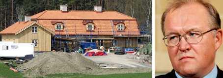 STÄMS PÅ EN HALV MILJON KRONOR Göran Persson har inte betalat fakturor till byggfirman som gjort en tillbyggnad på ett äldre hus på hans ägor. Nu krävs han på en halv miljon kronor.