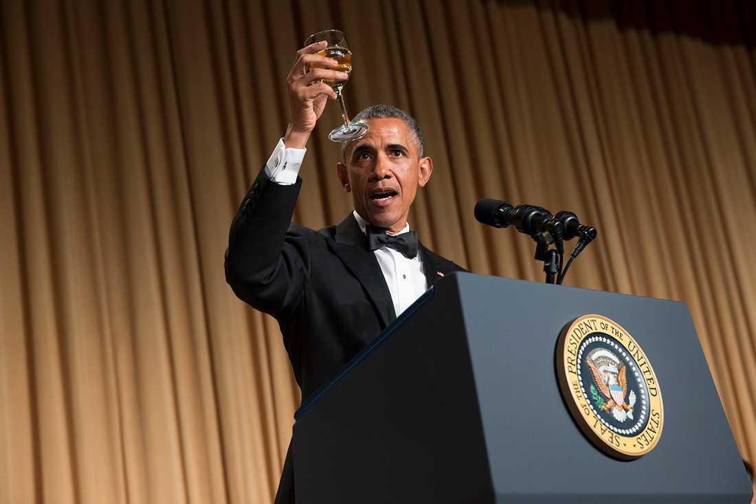 Obama på skålar på middagen 2015.