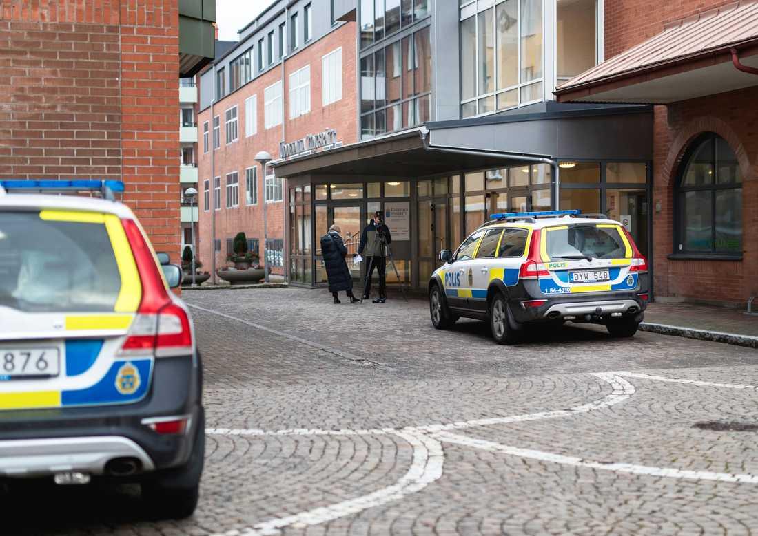 Uddevalla tingsrätt beslutade på fredagen att den mordmisstänkte 22-åringen ska bli kvar i häkte i ytterligare minst fyra veckor.