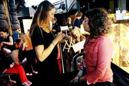 Manusplugg och makeup för kvällens konferencierer, Sofi Fahrman och Nina Johansson.