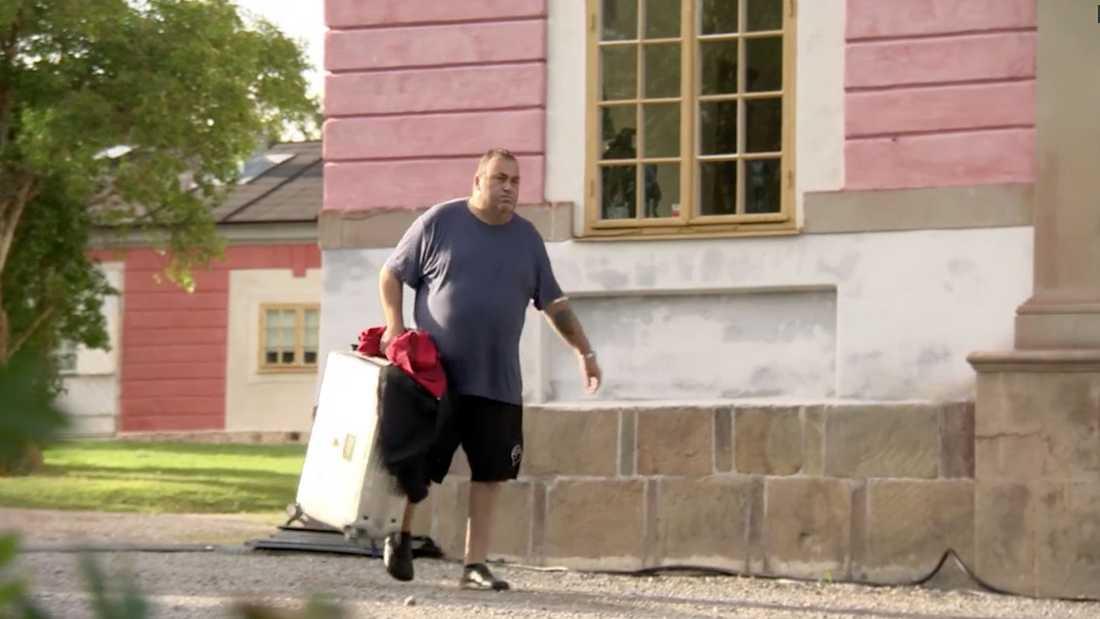 Ingemar lämnar huset.
