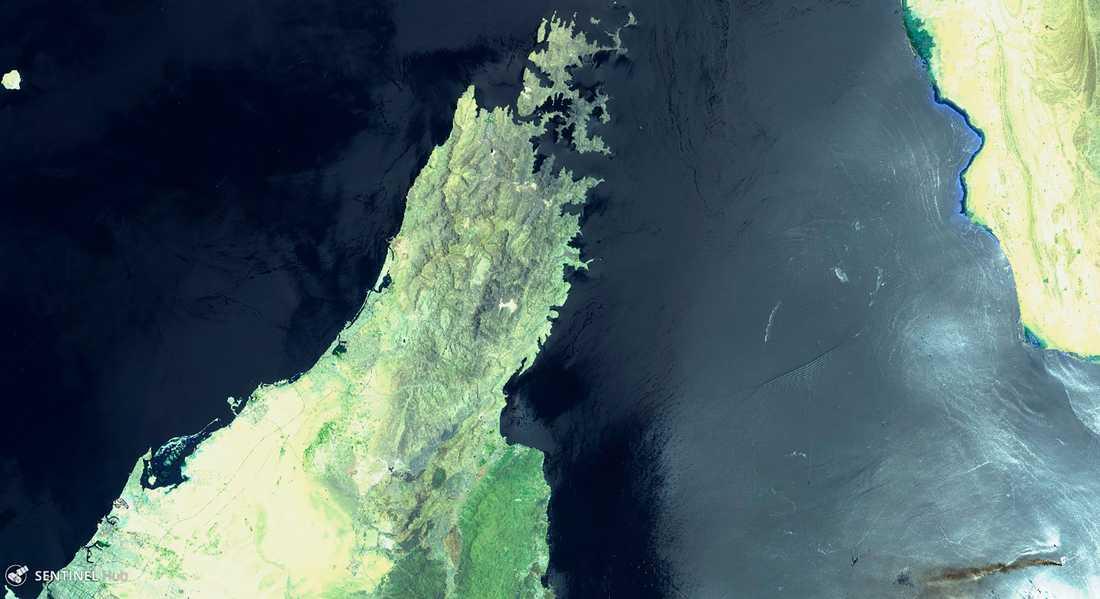 En bild tagen av en EU-satellit visar hur rök sprids i Hormuzsundet från branden ombord på det norskägda fartyget MT Front Altair, som syns nere till höger i bild. Musandamhalvön till vänster tillhör Förenade arabemiraten och Oman och landmassan till höger är Iran.