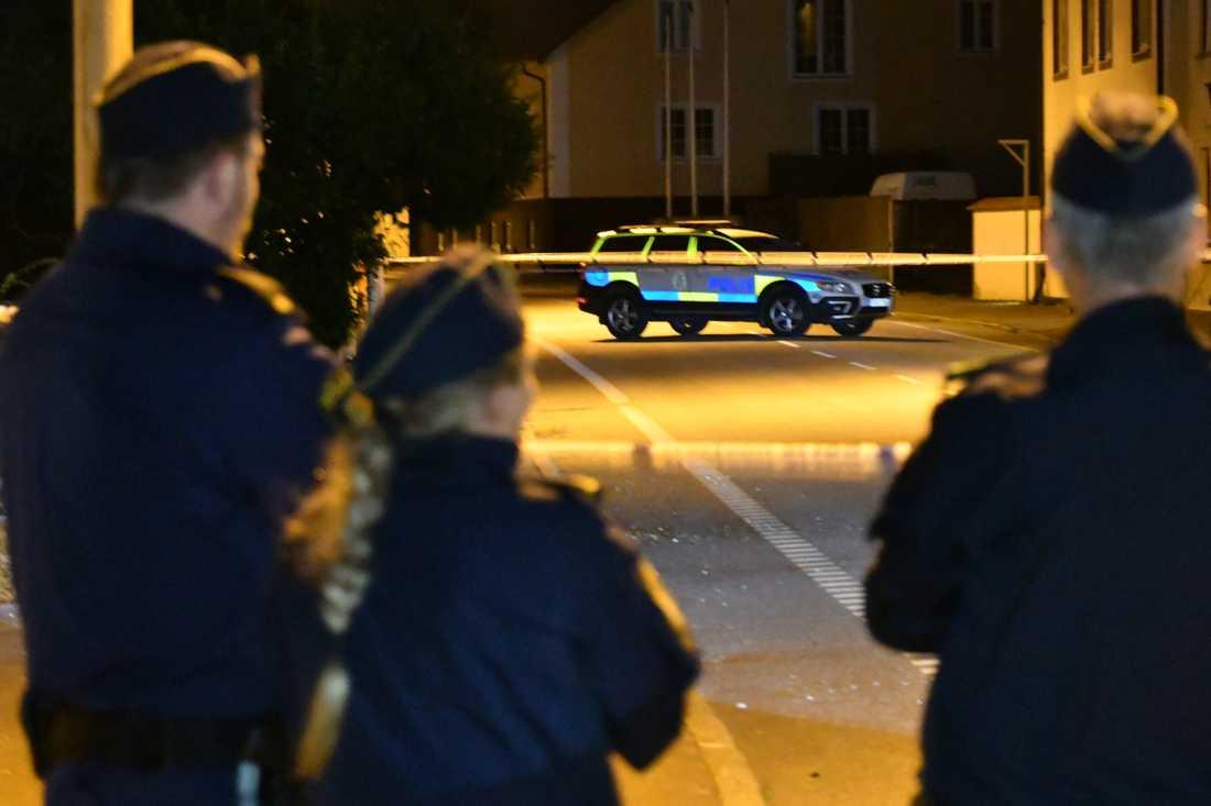 Polisen bevakar brottsplatsen i väntan på att kriminalteknikerna ska undersöka den.