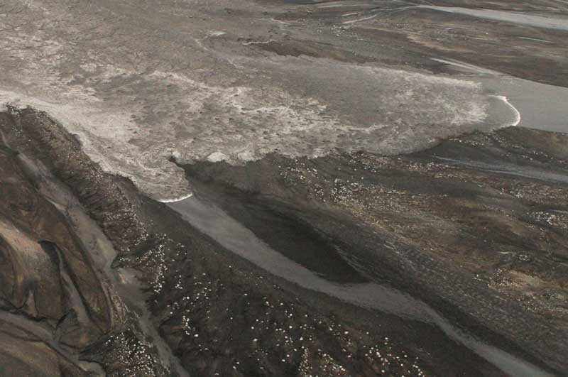 Bilden från den isländska kustbevakningen visar hur floden av smältvatten drar fram.