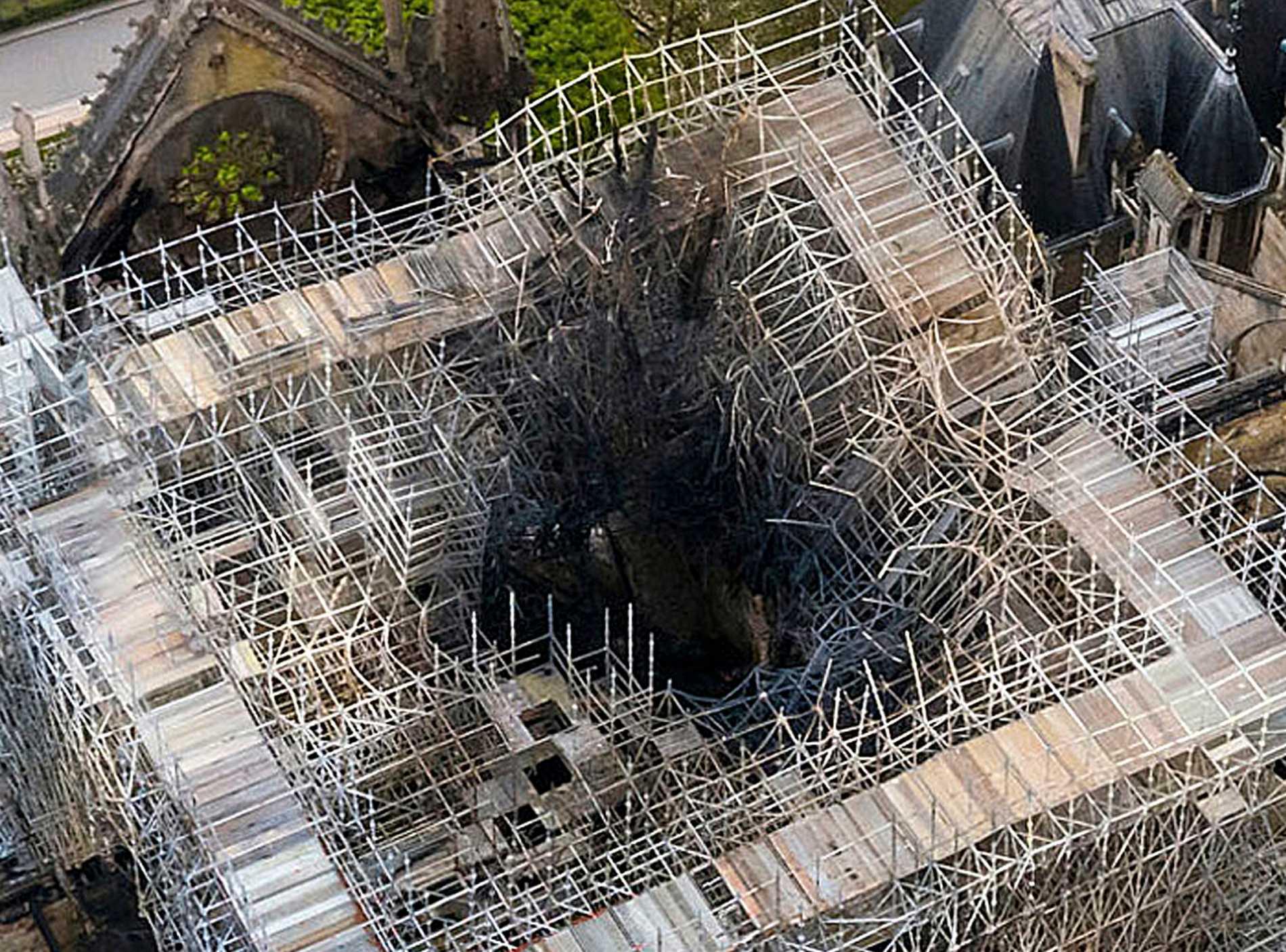 Här stod en gång katedralen Notre-Dames berömda spira. Efter branden i april kvarstår bara byggställningar som nu ska monteras ned. Arkivbild.