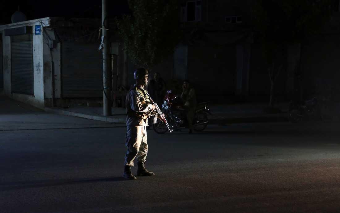 En afghansk polis står vakt utanför lokalen där bröllopsfesten hölls i Kabul.
