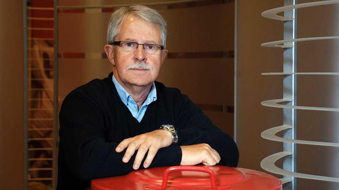 Sverker Olofsson var programledare för Plus under många år och hans röda soptunna blev snabbt en klassiker.