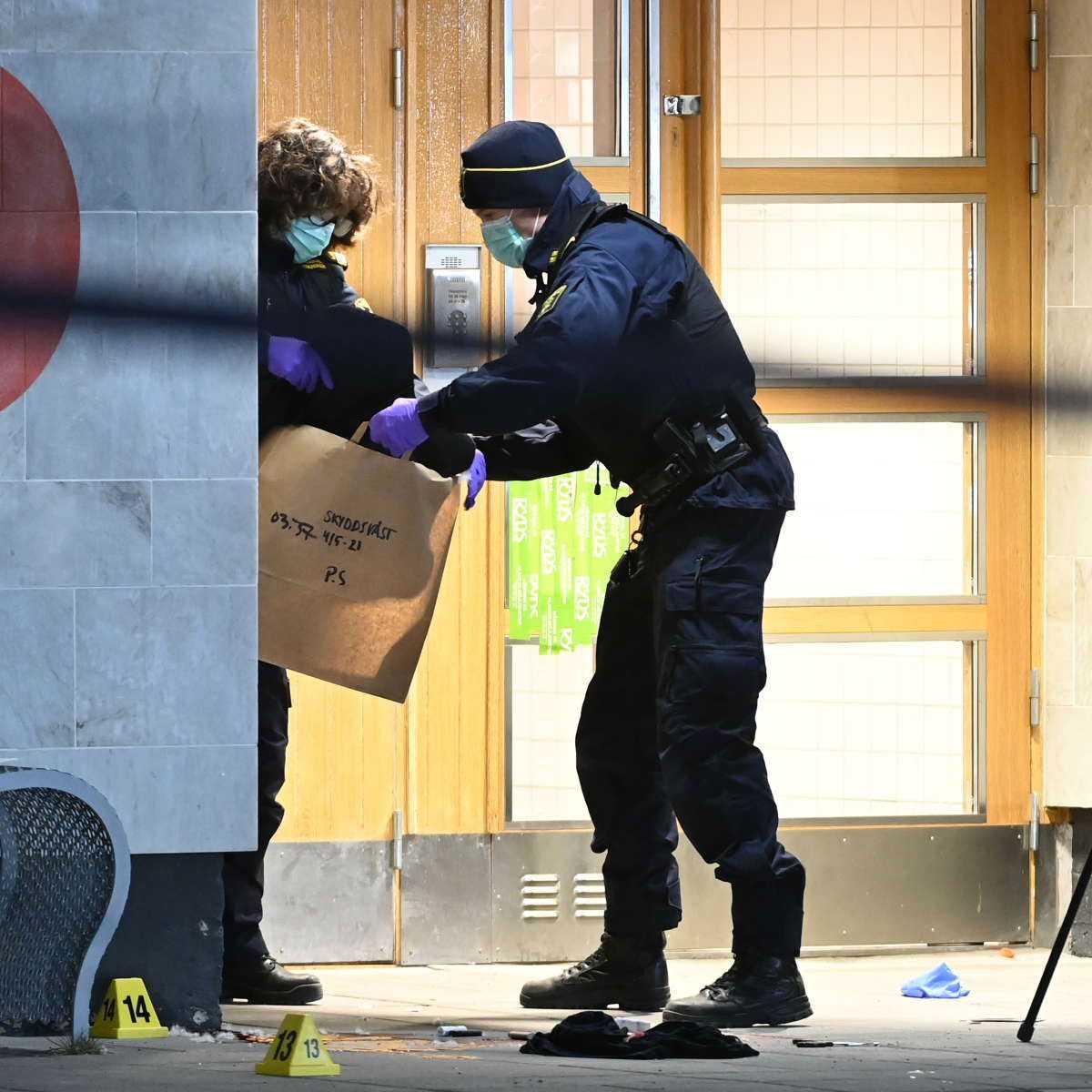 Här tar polisens tekniker med sig en skyddsväst från mordplatsen.