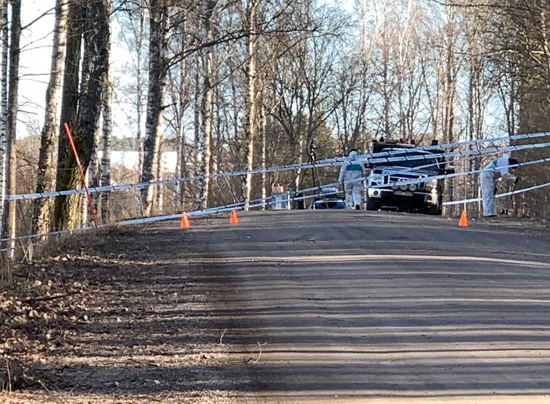 Polisens tekniker arbetar på platsen i Örebro där en död person hittats av en förbipasserande.