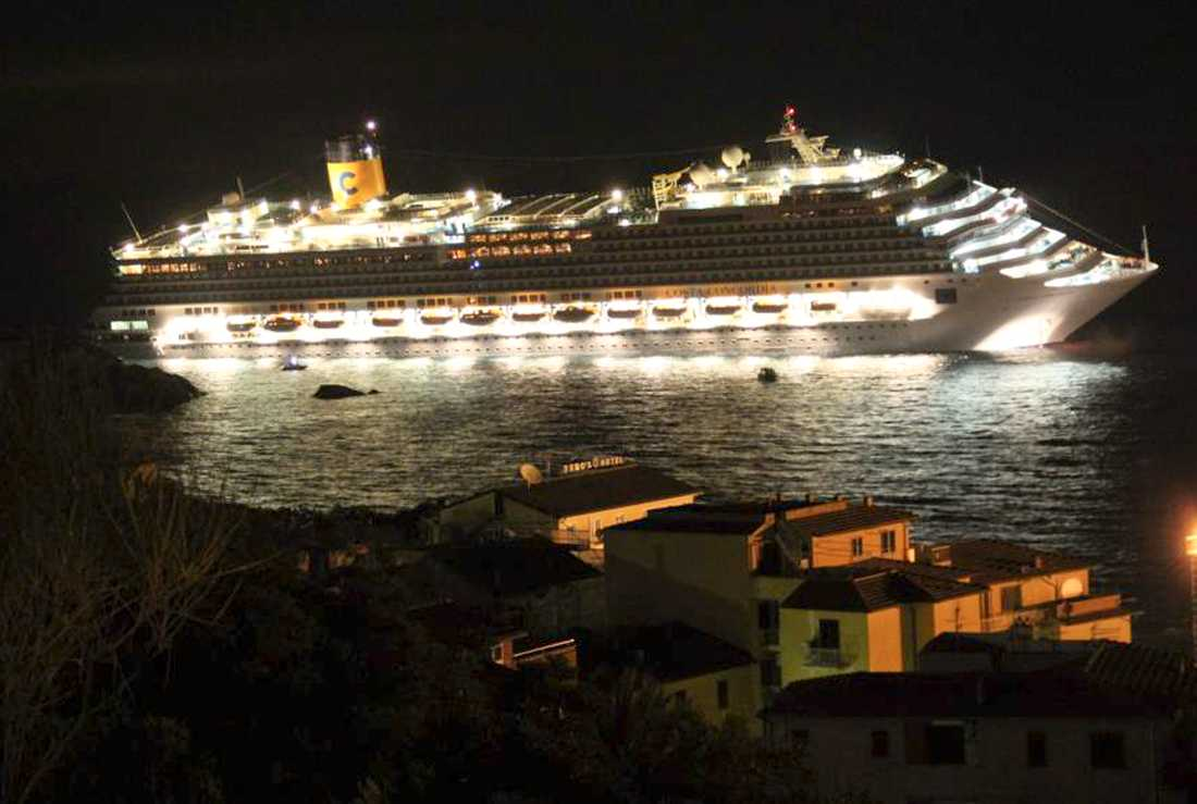 KATASTROF Efter att ha gått på grundet utanför Giglio fick Costa Concordia slagsida och började evakueras.