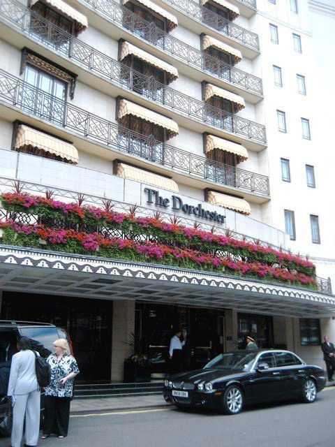 The Dorchester i London är ett av hotellen som Clooney vill att alla bojkottar.