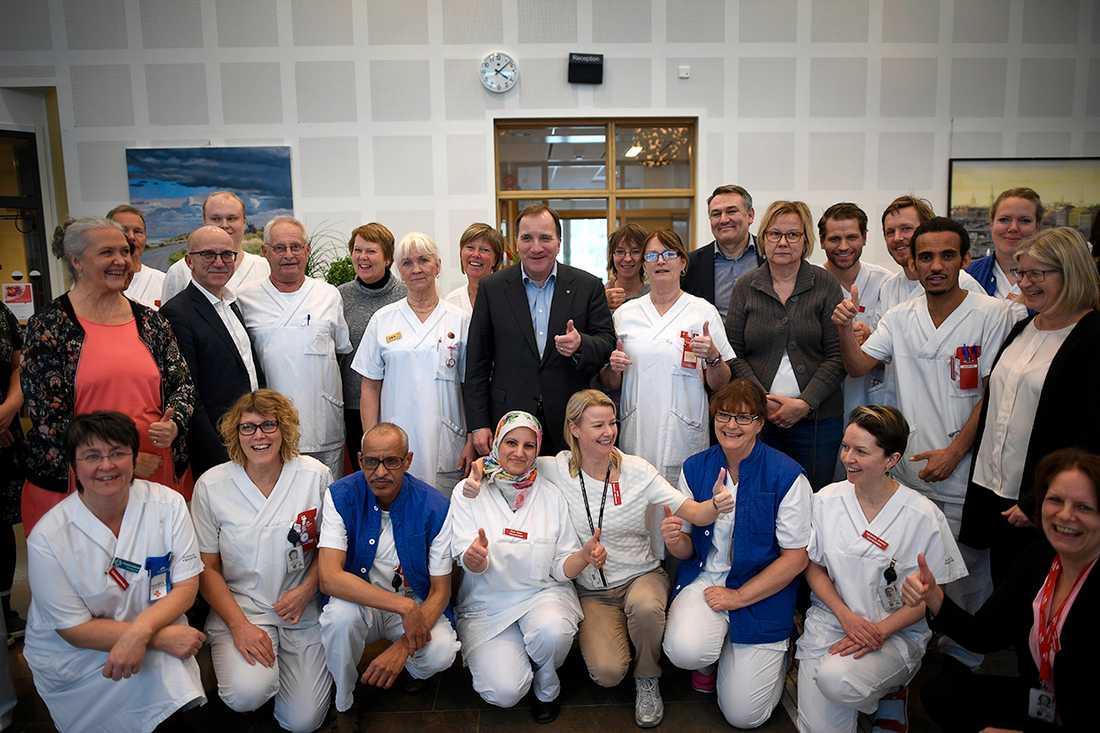 Under besöket samtalade han med personal och patienter och ställde upp på mängder av selfies.