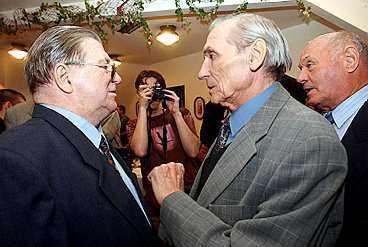Ferenc Puskás och Gyula Grosics snackar minnen under gårdagens jubileumsfest i Budapest.