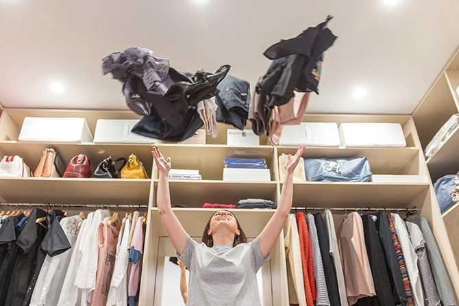 Börja med garderoben. För att lyckas med KonMari-metoden är det viktigt att rensa i rätt ordning. Börja med att gå igenom dina kläder.