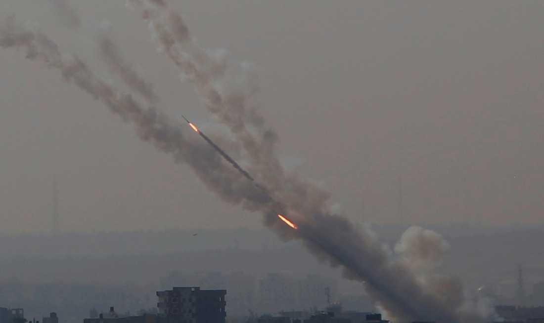 Raketer avfyras från Gazaremsan mot Israel på tisdagen.