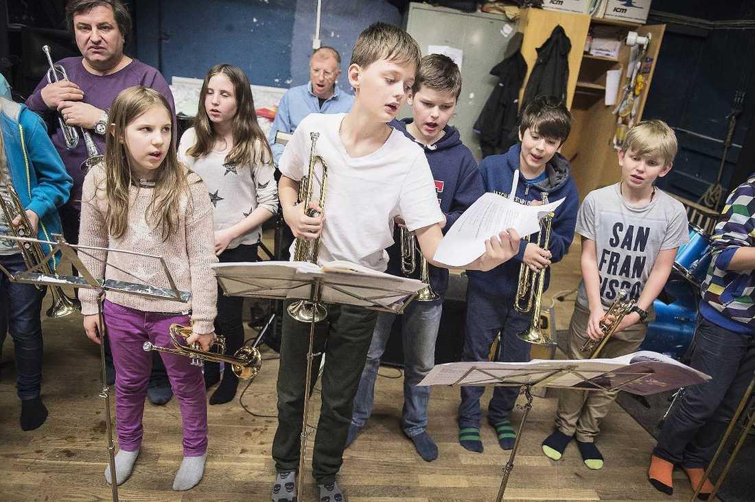 """VIKTIGT MED MUSIKUNDERVISNING  """"Musicerande är både stimulerande i sig och kopplat till bra resultat i skolan. Därför är det viktigt att barn erbjuds bra musikundervisning i skolan"""", säger Fredrik Ullén, professor i kognitiv neurovetenskap. Att däremot tvinga sina barn att öva för att de ska bli mer intelligenta är dock en dålig idé, tycker han."""