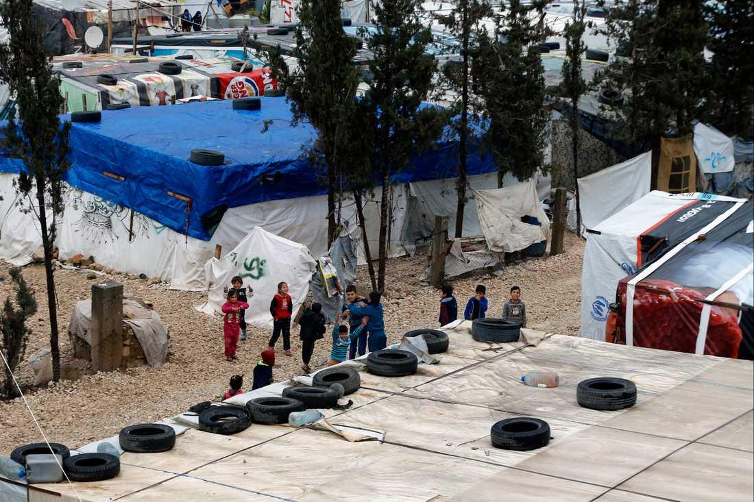 Syriska barn, vars familjer flytt striderna i hemlandet, leker i ett flyktingläger i staden Bar Elias i Libanon. Arkivbild.