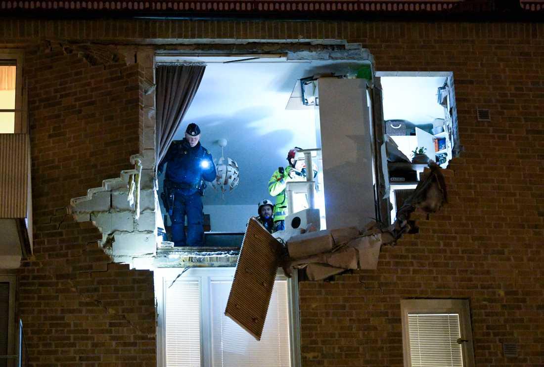 Lägenheten i Lund där en explosion inträffade undersöktes av räddningspersonal och polis.
