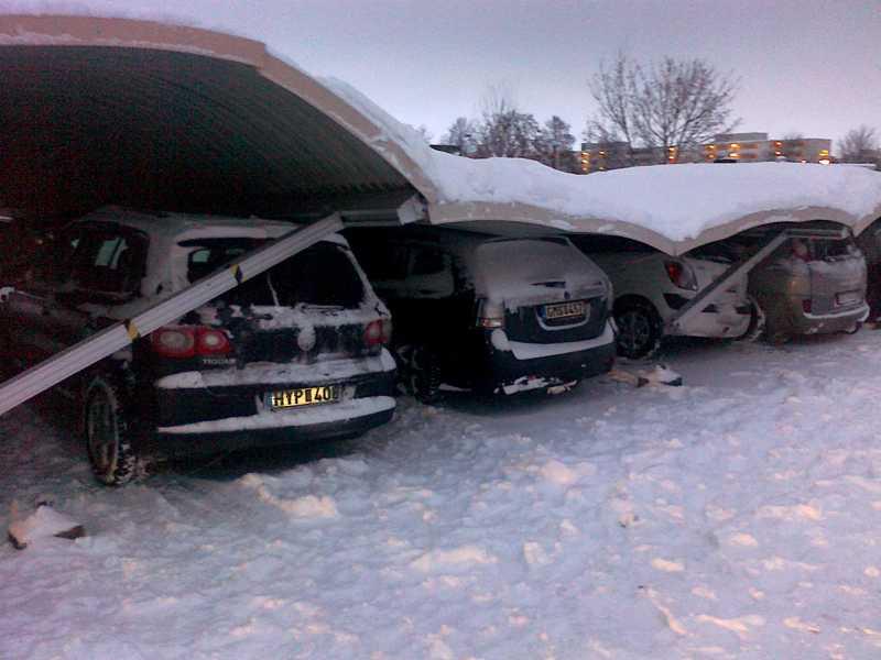 Den kraschade carporten vid Scandic Väst, i Linköping. Totalt förstördes 22 bilar.