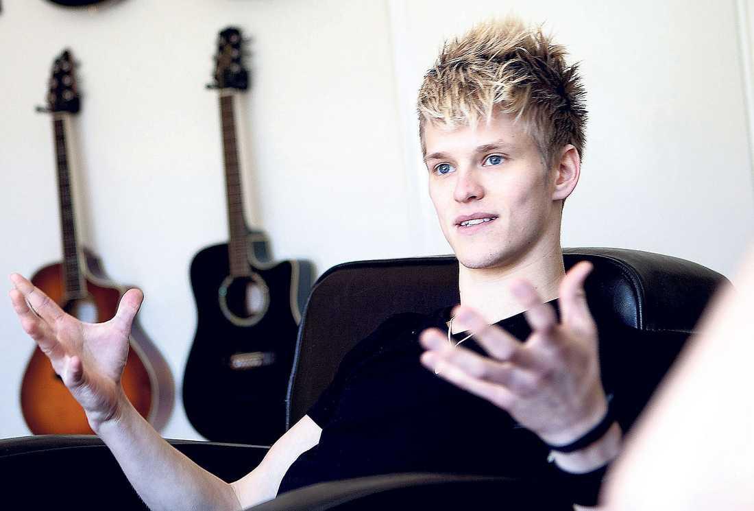 """""""påverkar mig"""" Erik Grönwall släpper snart nytt album och har turnépremiär i Uppsala i morgon. Men den här gången står inte flickvännen Janina Warsén vid hans sida. Nu berättar Erik Grönwall att han är singel för Nöjesbladet."""