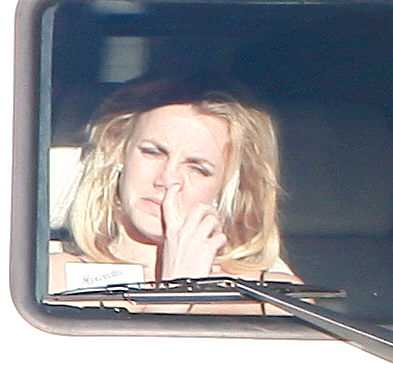 OBRYDD Britney Spears bryr sig inte om någon ser henne peta sig i näsan.