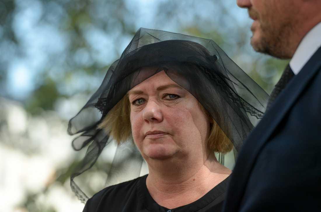 Katarina Söderberg anländer till sin son Eric Torells begravning i Gustaf Vasa kyrka. Eric Torell sköts av polisen i augusti.