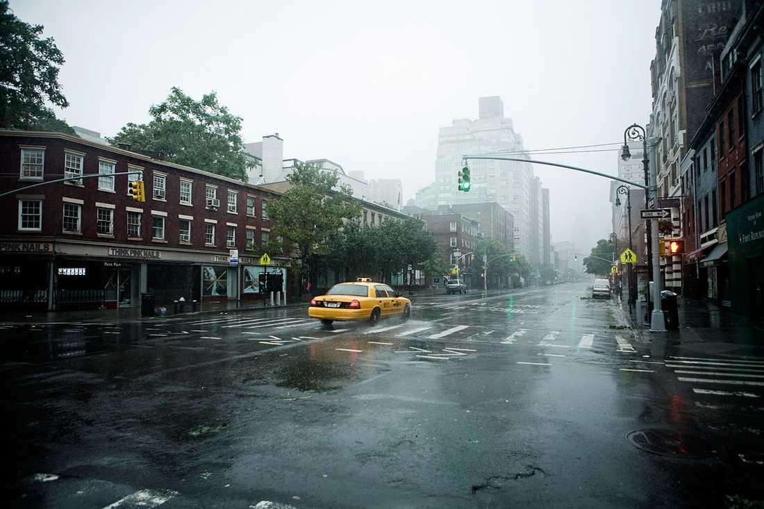 Manhattan, New York: En ensam taxibil åker norrut på sjätte avenyn.