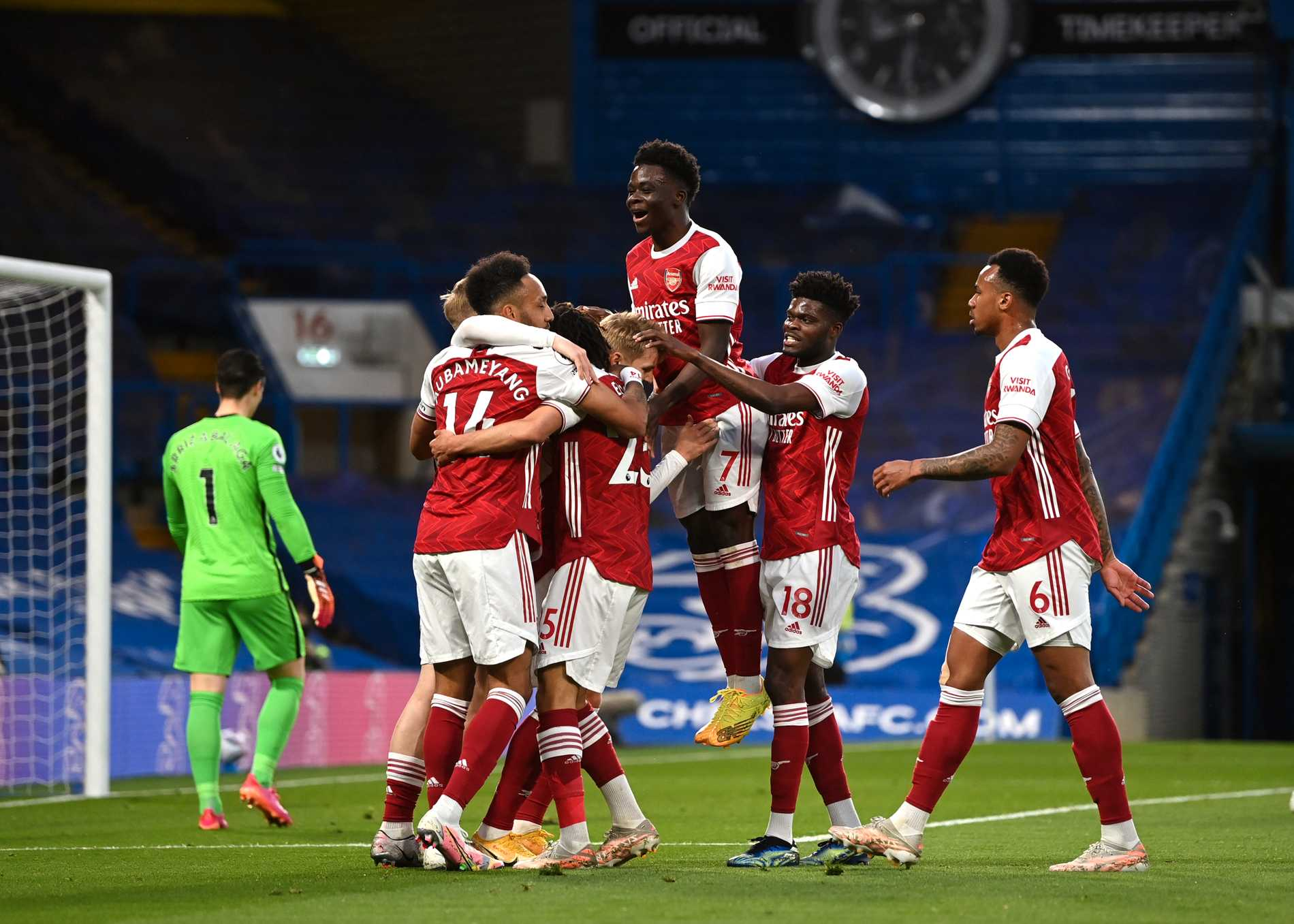 Arsenal firar efter Emile Smith Rowes 1–0.