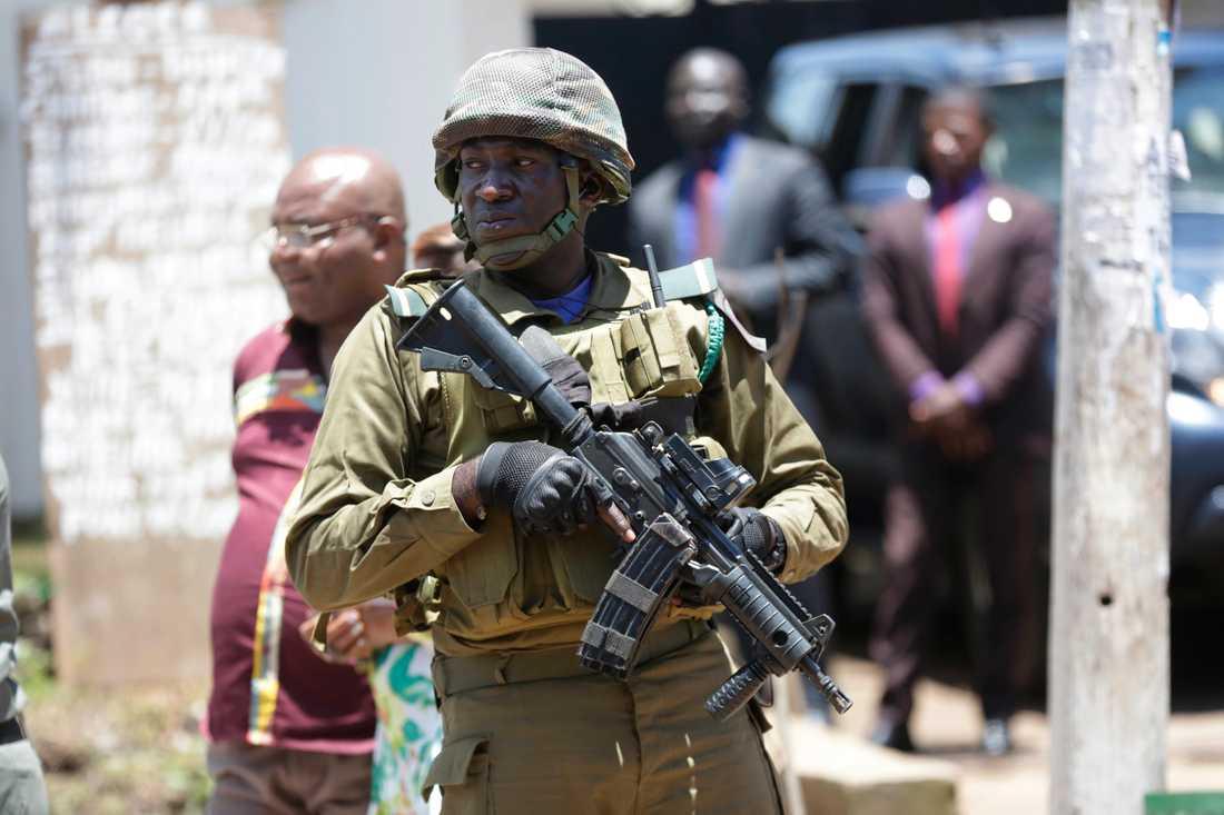 En soldat vaktar en vallokal under presidentvalet i fjol. Sedan två år tillbaka pågår en konflikt mellan fransktalande, som kontrollerar landets institutioner, och engelsktalande separatister. Arkivbild.