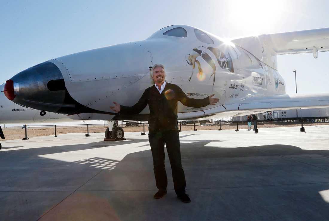 Richard Branson med det första SpaceShipTwo.