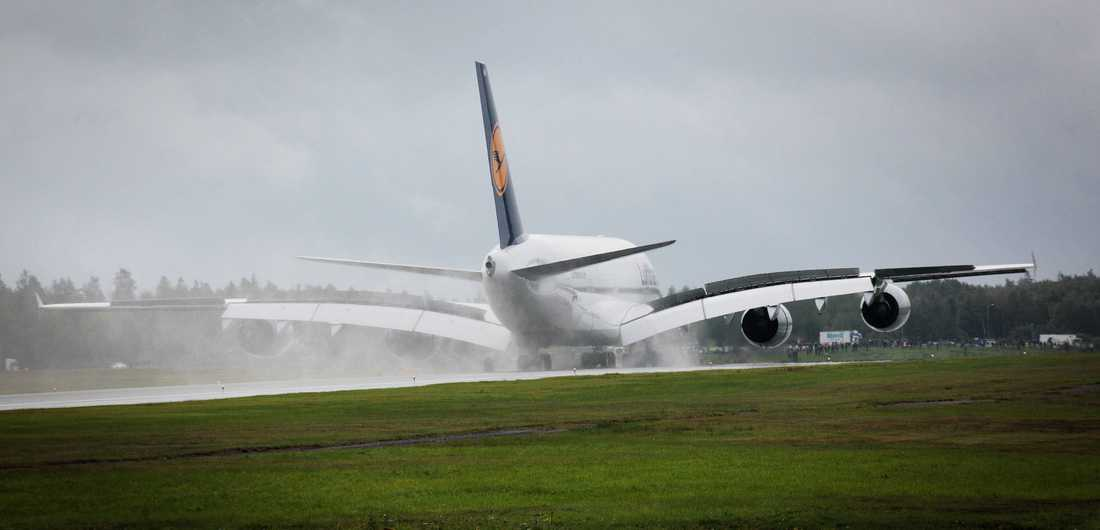 Fullastad väger en Airbus 380 över 500 ton men de fyra motorerna ger lika mycket kraft som 3500 normala personbilar.