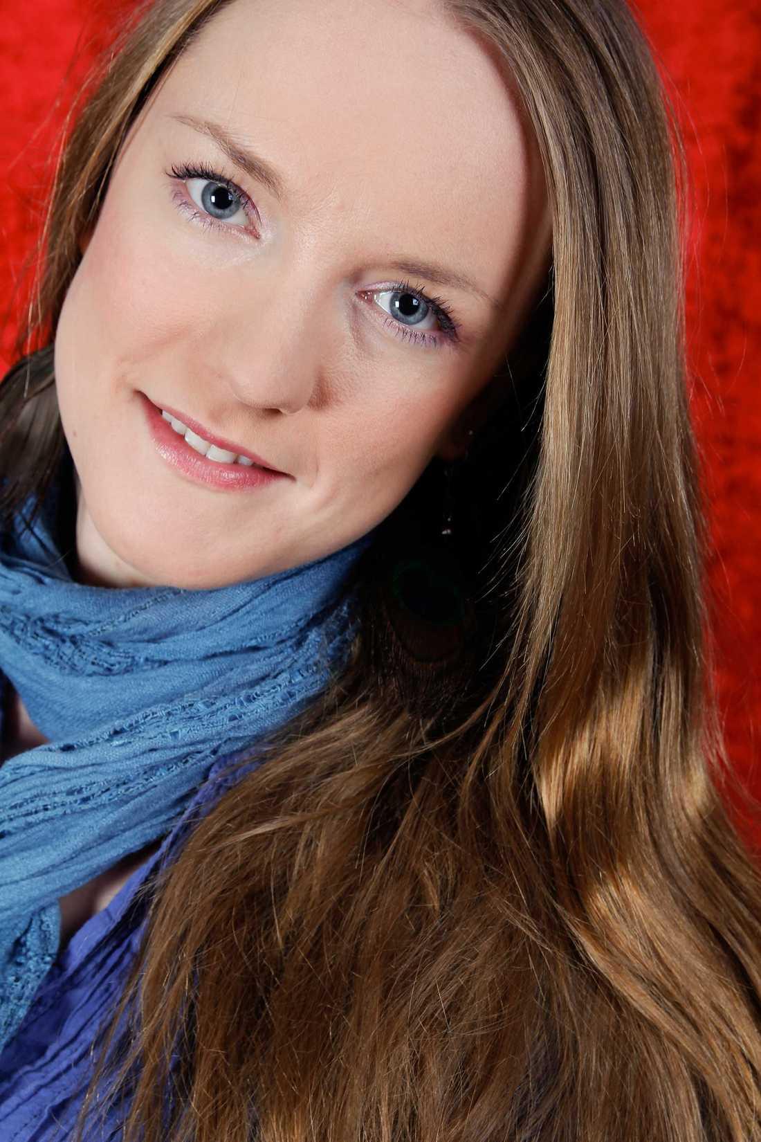 Sofia Almljung får pris för sin insats.