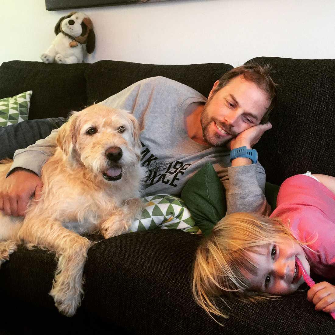 Här myser Arthur med sin familj hemma i soffan.