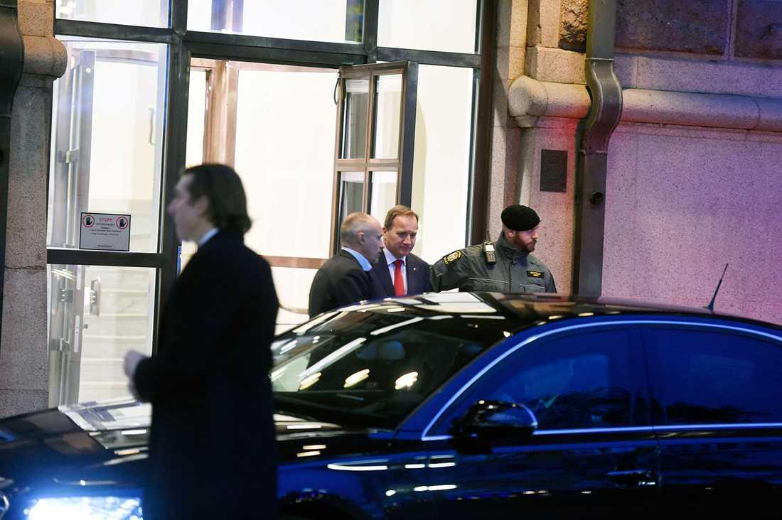 Statsminister Stefan Löfven lämnar Rosenbad.