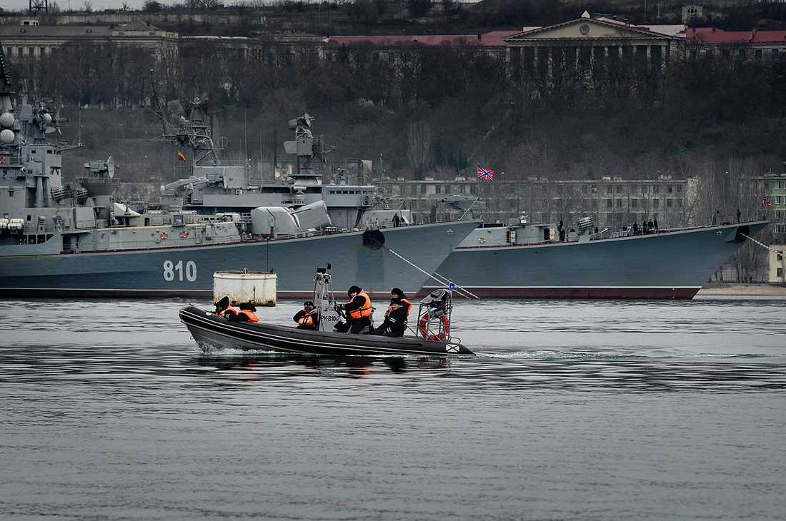 Ryska sjömän motar bort Aftonbladets team.