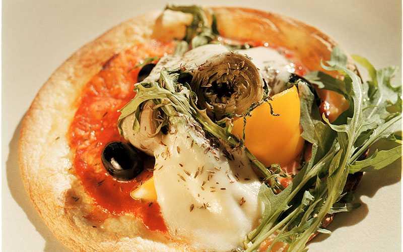 Snabba pizzan – med tortillabröd, grönsaker, skinka och mozzarella.