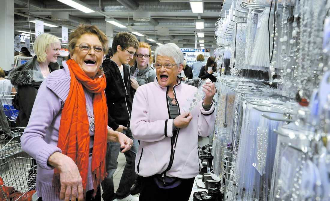"""Birgitta """"Gittan"""" Strandberg och Margaretha """"Maggan"""" Håkansson har blivit kändisar över en natt sedan de var med i tv-serien """"Ullared"""". Damerna navigerar vant till favoritavdelningen smycken och smink. Gittan river av ett karaktäristiskt Gittan-skratt. """"Det är mest Maggan som pratar och så står jag och skrattar"""", säger hon."""