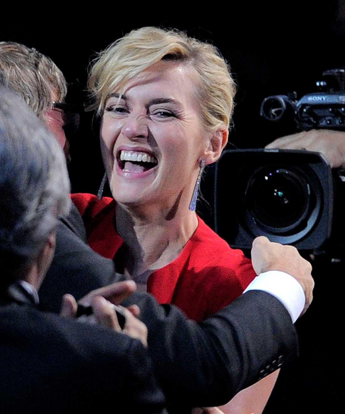 """Kate Winslet sprudlande glad efter att ha vunnit en Emmy som bästa skådespelare i HBO-dramat """"Mildred Pierce""""."""