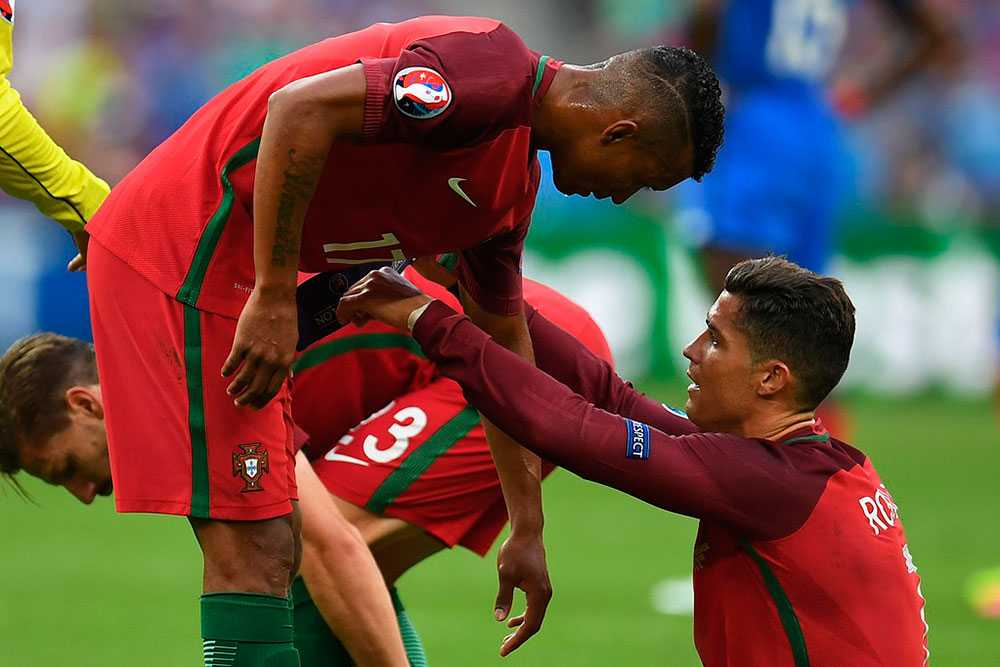Ronaldo ger kaptensbindeln till Ronaldo under EM-finalen
