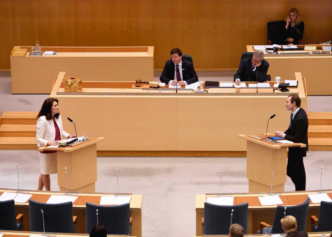 Utrikesminister Ann Linde (S) och Markus Wiechel (SD) debatterar under den utrikespolitiska debatten i riksdagen i Stockholm.