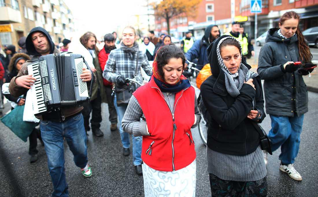 Migranter och demonstranter på väg till stadshuset.